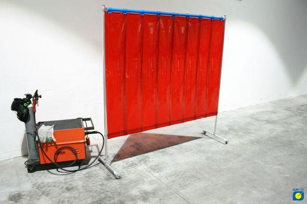 Schutzwand mit Alugestell, 4 Rollen, 2,10 x 2,10 m, rote PVC-Lamellen 300 x 2 mm