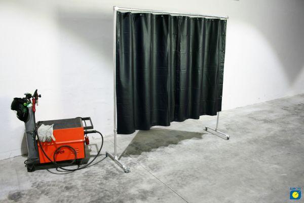 Schutzwand mit Alugestell, 4 Rollen, PVC Vorhang grün R9, 2,10 x 2,10 m