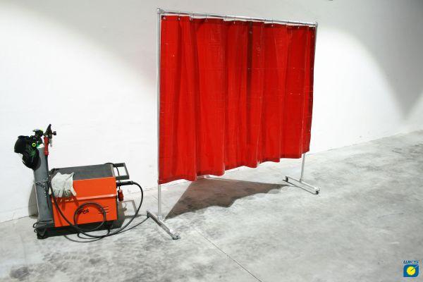 Schutzwand mit Alugestell, 4 Rollen, PVC Vorhang rot, 2,10 x 2,10 m